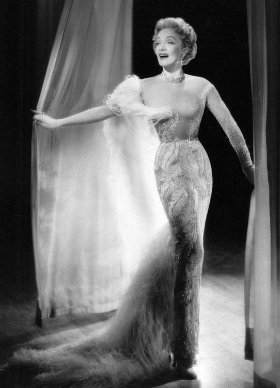 Первой платье телесного цвета с многочисленными блестками надела безупречная Марлен Дитрих.
