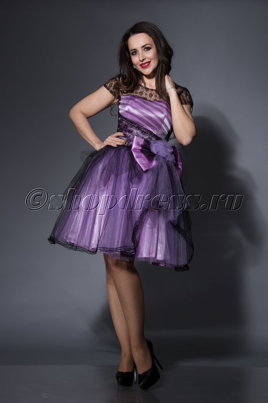 Здорово выглядит в таком фасоне двухслойное платье: плотный «чехол» и полупрозрачный слой из шифона или фатина.