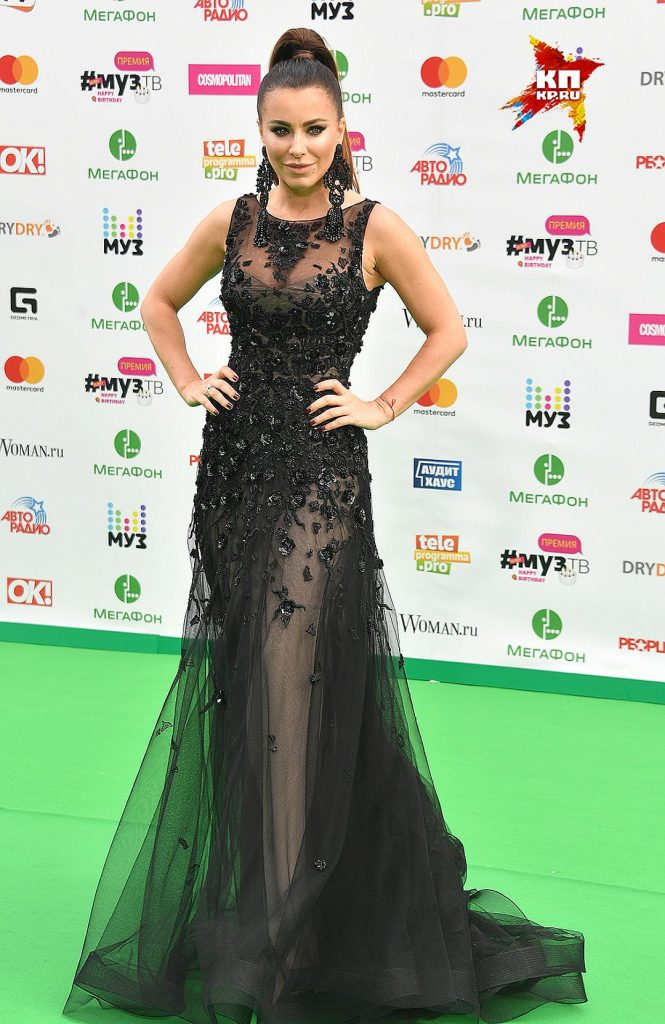Ани Лорак выбрала длинное чёрное полупрозрачное платье