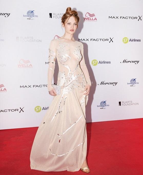 «Голое» платье с длинными рукавами Дарьи Чаруши