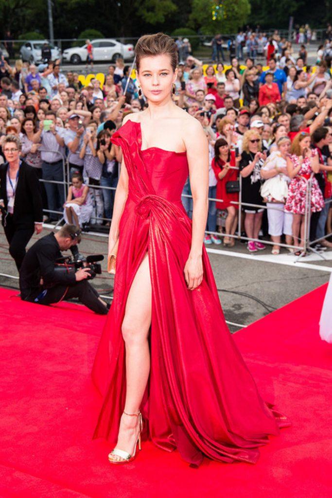 Екатерина Шпица выбрала для церемонии ярко-красное платье-бюстье