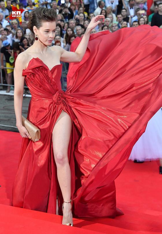 Екатерина Шпица появилась на красной дорожке кинофестиваля без нижнего белья