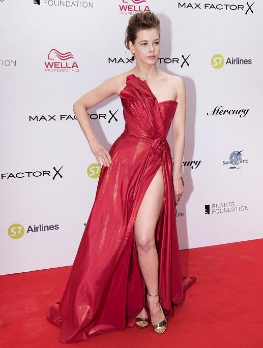 Красное платье с эффектным разрезом демонстрировало идеальные ножки Шпицы