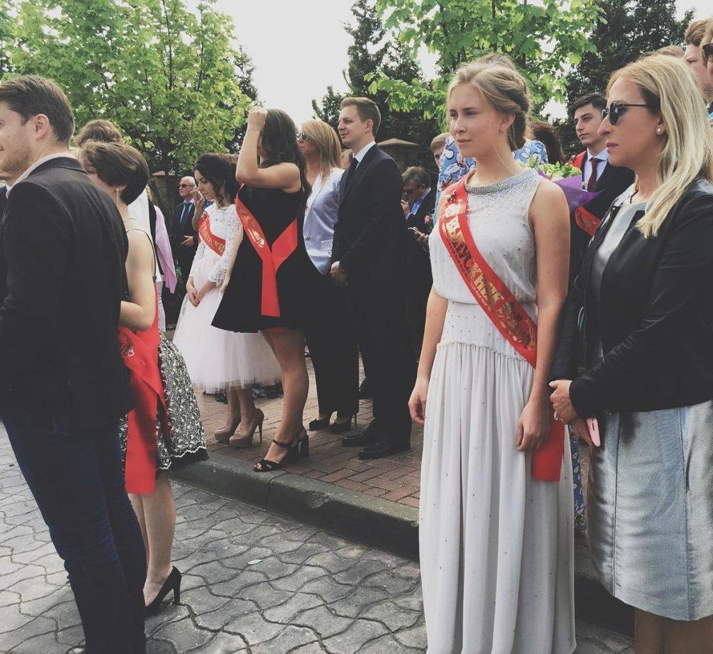 Елизавета Мимиашвили с мамой Маргаритой на выпускной линейке © shopdress.ru