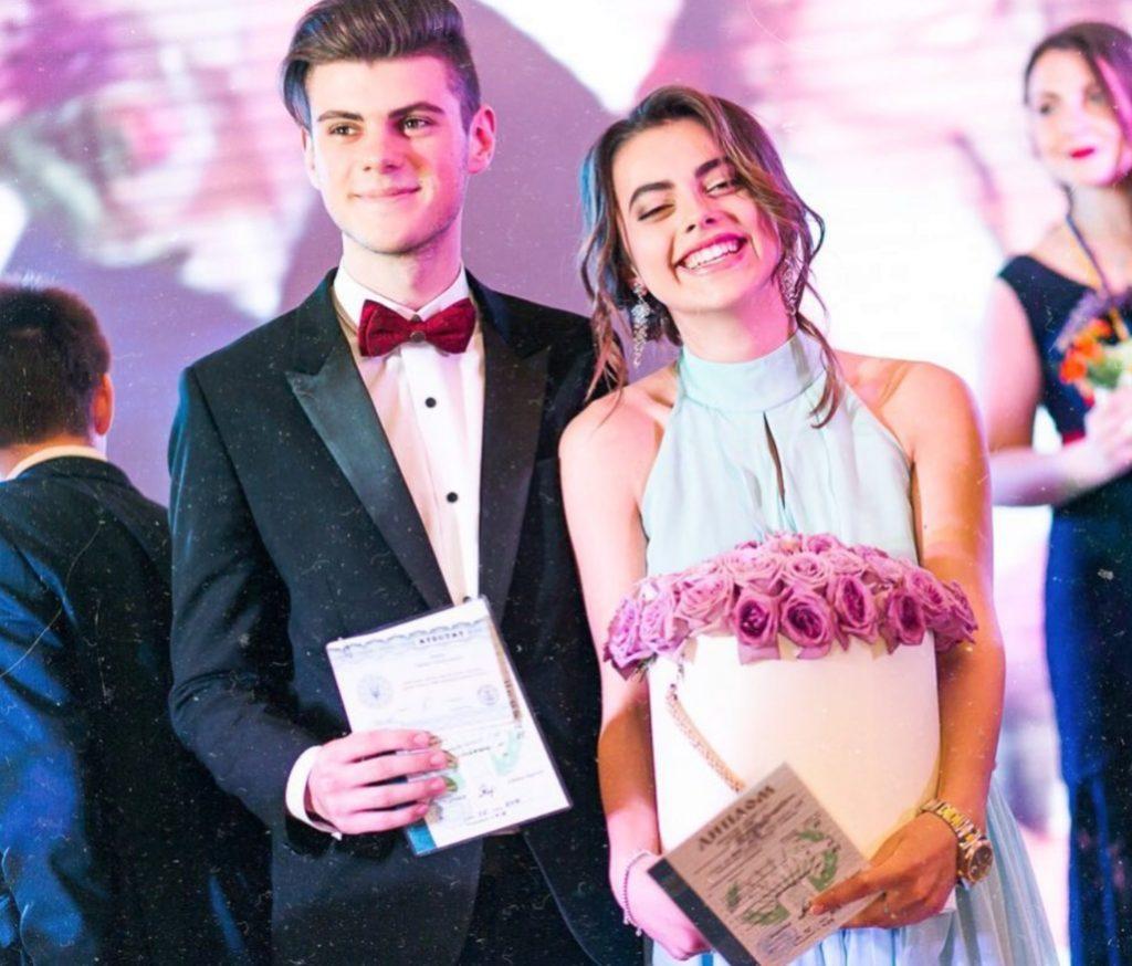 Подруга Сони Киперман Лиза Арфуш закончила школу в прошлом году. Для выпускного вечера дочь главы телеканала Euronews в странах СНГ приобрела длинное голубое платье с американской проймой