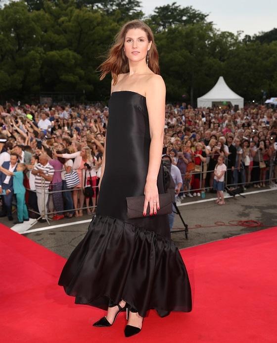 Оригинальное платье с широкими воланами по низу