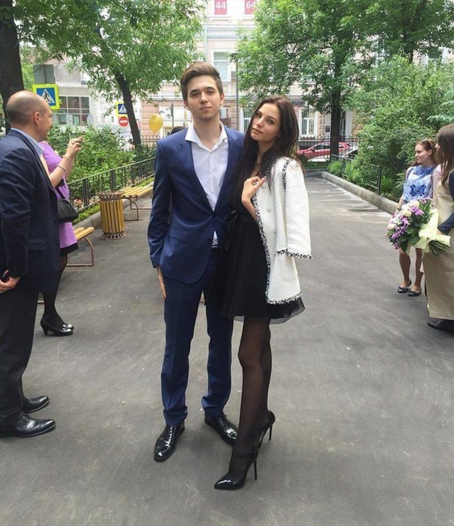На маленькое черное платье пал выбор и Алеси Кафельниковой. Выпускница 2016 года дополнила свой наряд твидовым жакетом Chanel