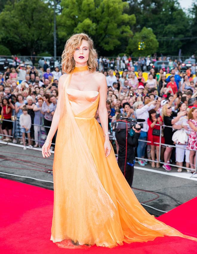 Желтое струящееся платье с открытой спиной Натальи Илновой