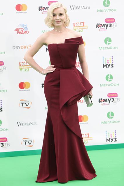Полина Гагарина выбрала бордовое платье в пол