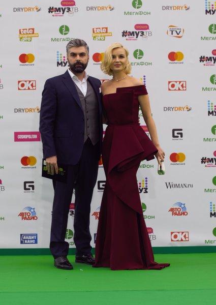 На дорожку Полина вышла с мужем, фотографом Дмитрием Исхаковым