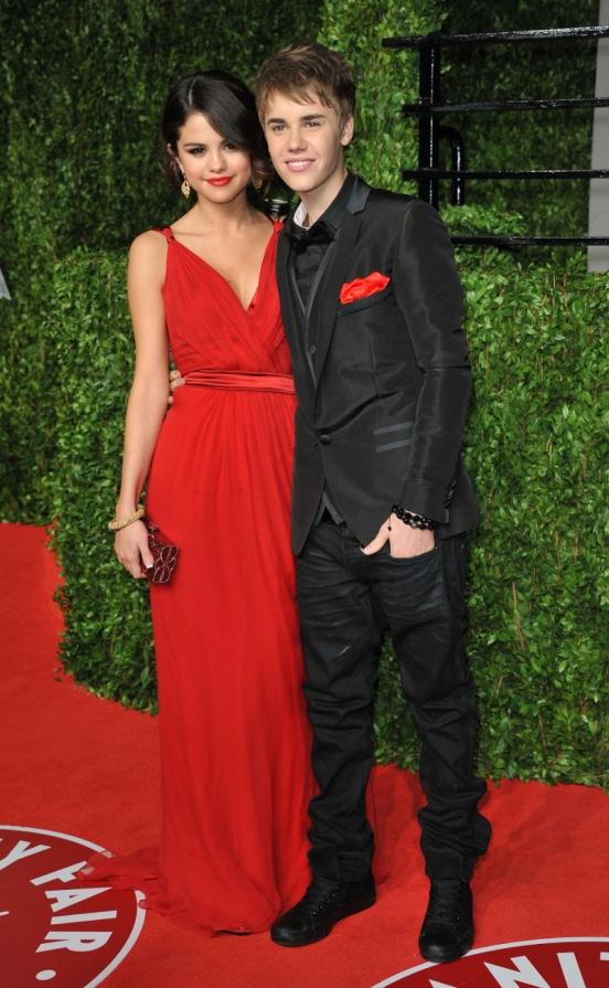 Селена Гомес выбрала красное платье в греческом стиле