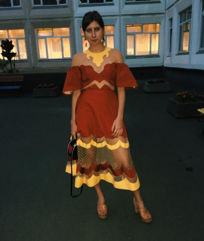 Надев старое платье, София Меладзе не прогадала. Во-первых, оно сидит на ней идеально. А во-вторых, смотрится очень стильно