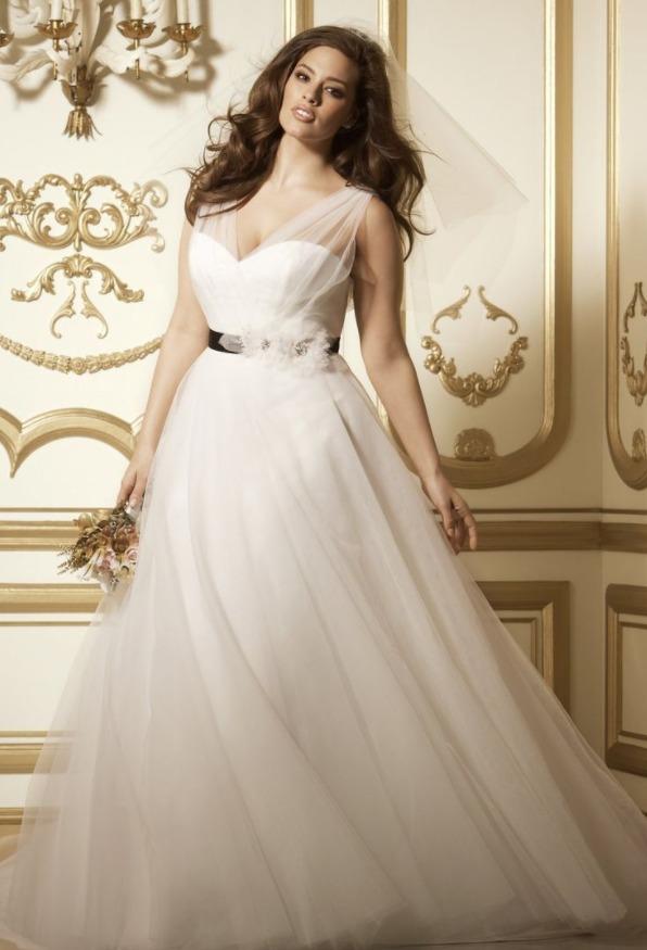 На сегодняшний день, в свадебных салонах огромный выбор свадебных платьев для девушек с пышными формами.
