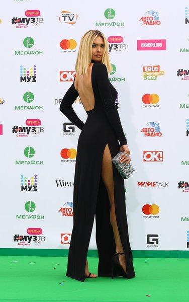 Вера Брежнева выбрала чёрное платье в пол с обезоруживающим вырезом на спине и высокими разрезами юбки по бокам