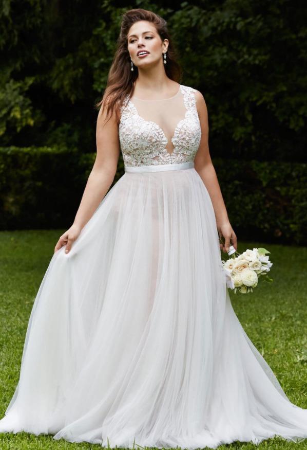 Выберите платье с глубоким декольте
