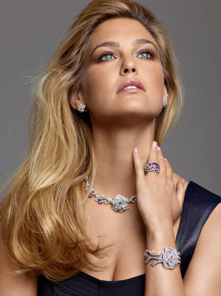Для женщин солидного возраста хорошо подходят дорогие ювелирные украшения