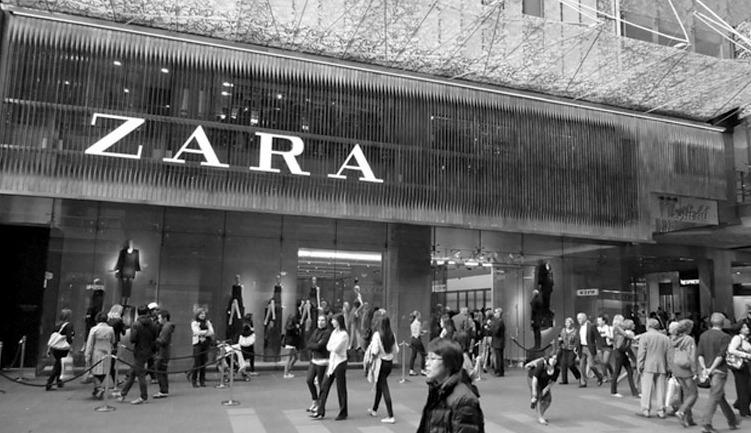 Первый магазин Zara был открыт в 1975 году на центральной улице курортного города Ла-Корунья